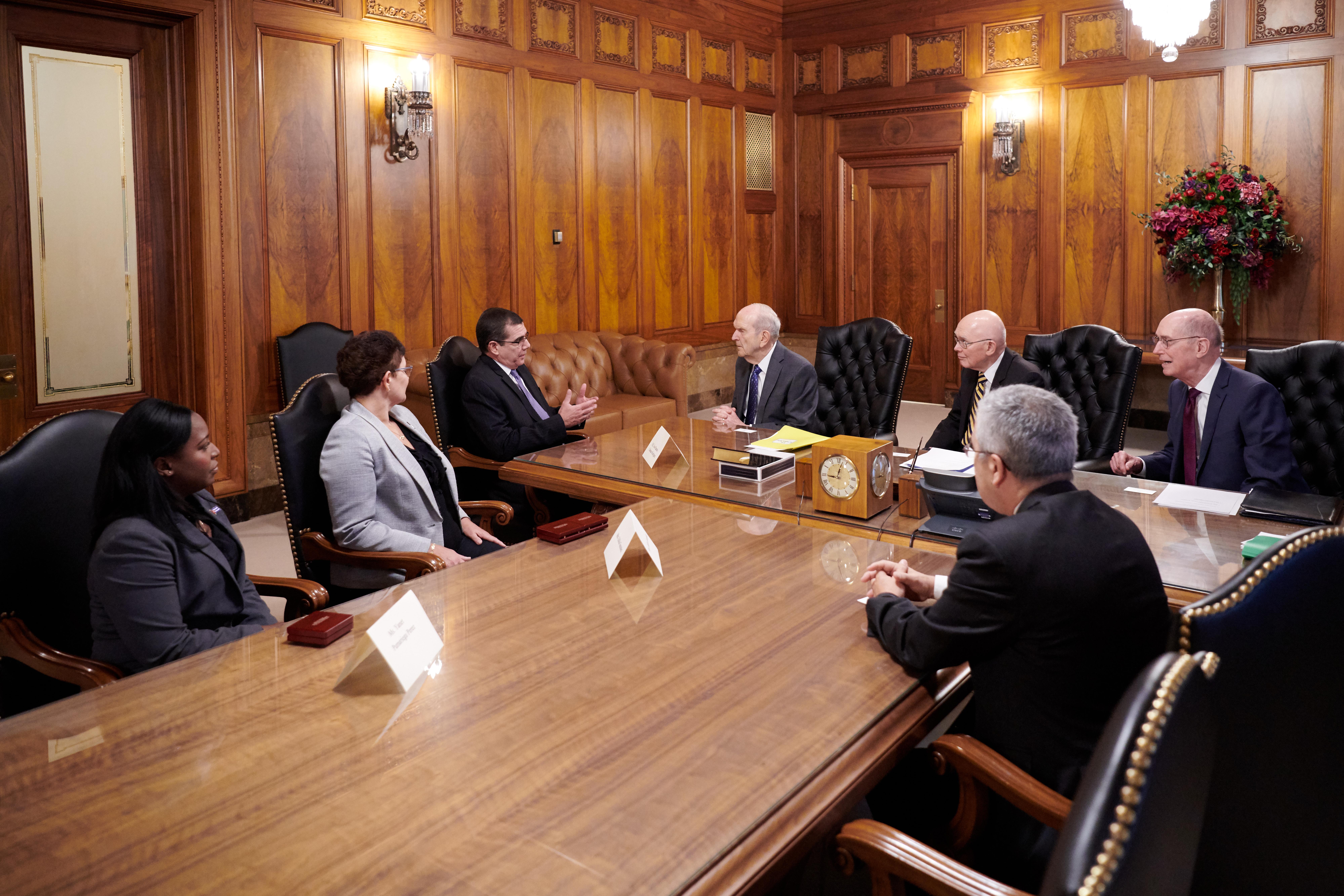 A Primeira Presidência de A Igreja de Jesus Cristo dos Santos dos Últimos Dias reúne-se com o embaixador de Cuba nos Estados Unidos, José R. Cabañas, o segundo da esquerda para a direita, em 23 de outubro de 2019.