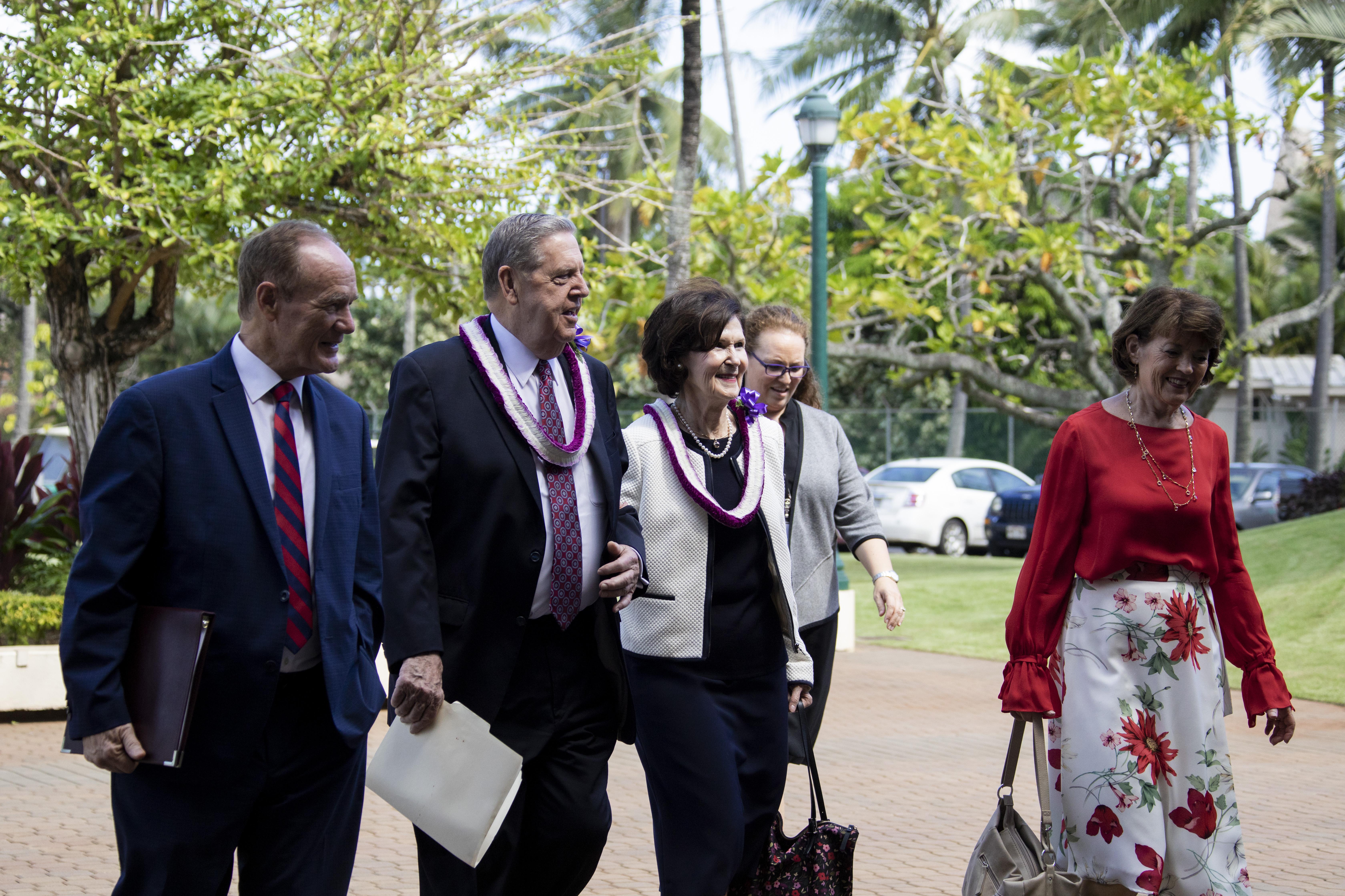 Da esquerda: presidente John S. Tanner, presidente da BYU-Havaí; élder Jeffrey R. Holland; irmã Patricia Holland; e irmã Susan W. Tanner andam no campus da BYU-Havaí no dia 22 de outubro.