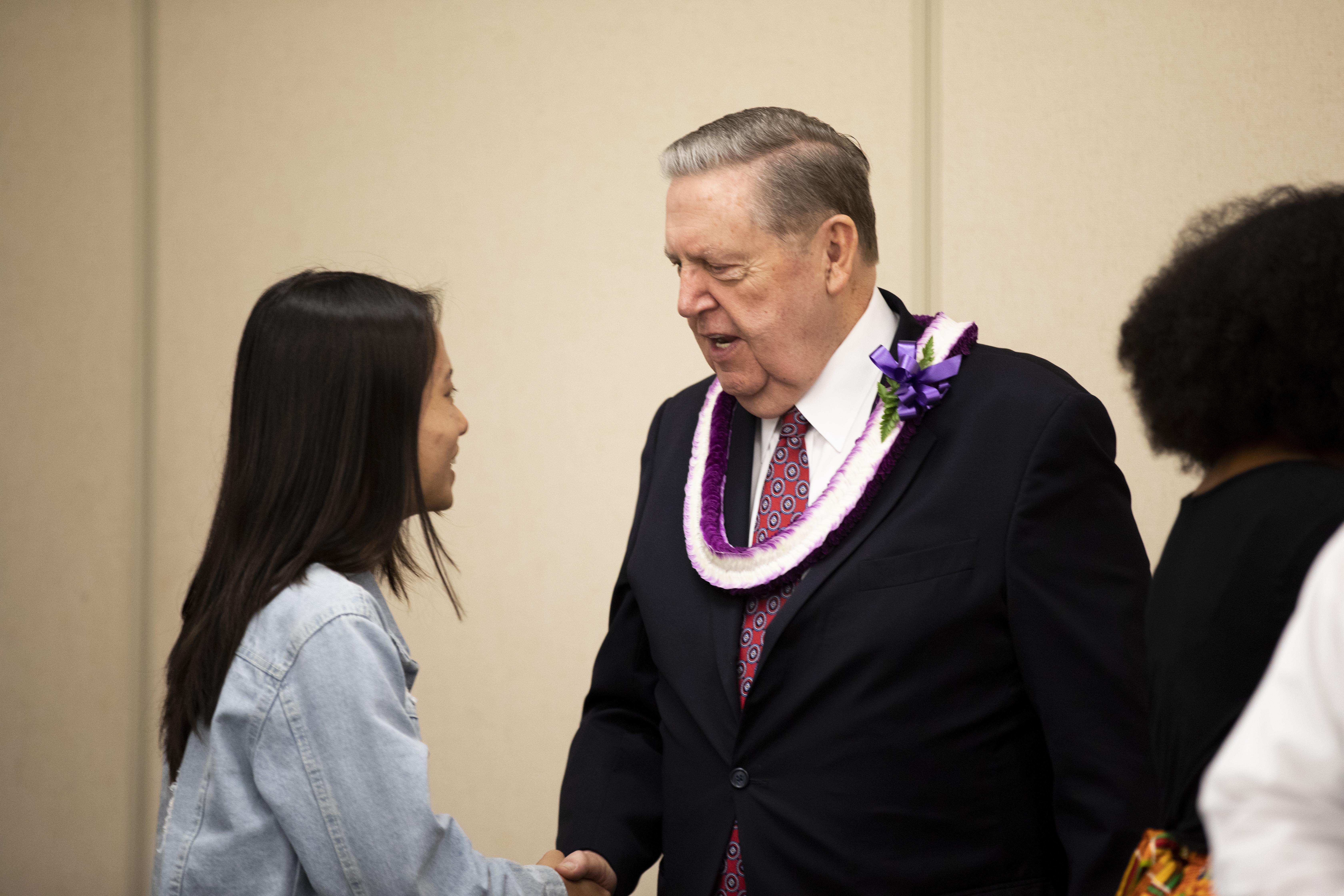 Élder Jeffrey R. Holland cumprimenta moça após seu discurso no devocional na BYU-Havaí no dia 22 de outubro.