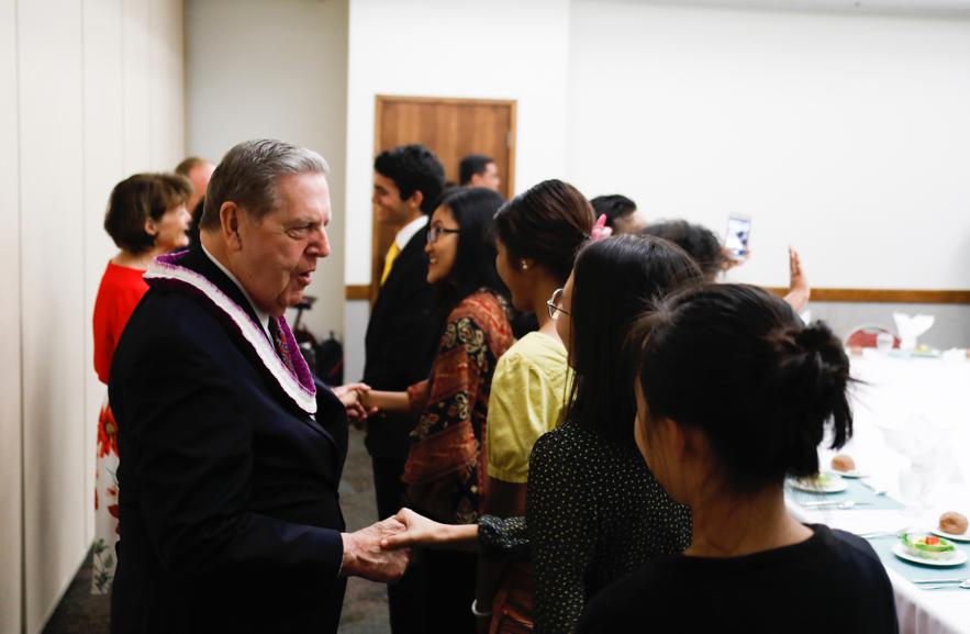 Élder Jeffrey R. Holland cumprimenta estudantes após seu discurso no devocional na BYU-Havaí no dia 22 de outubro.