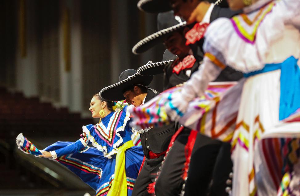 Dançarinos se apresentam durante o ensaio geral da dança mexicana Guadalajara La Negra para o Luz das Nações no Centro de Conferências em Salt Lake City no sábado, 26 de outubro de 2019.