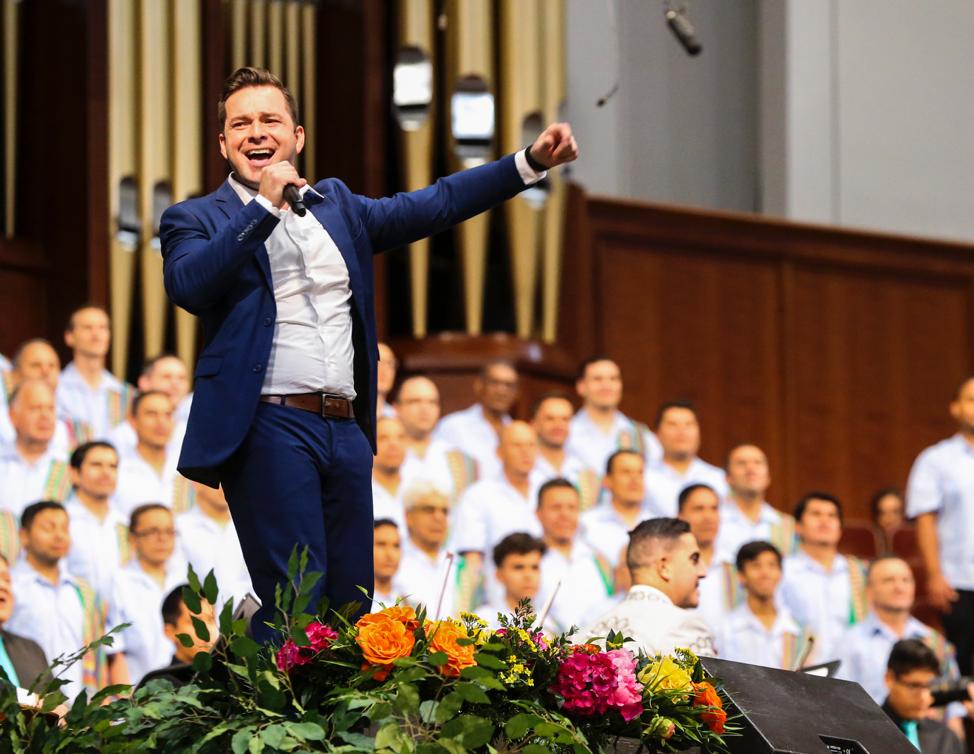 O solista Alex Melecio se apresenta durante os ensaios gerais para a apresentação do Luz das Nações no Centro de Conferências em Salt Lake City no sábado, 26 de outubro de 2019.