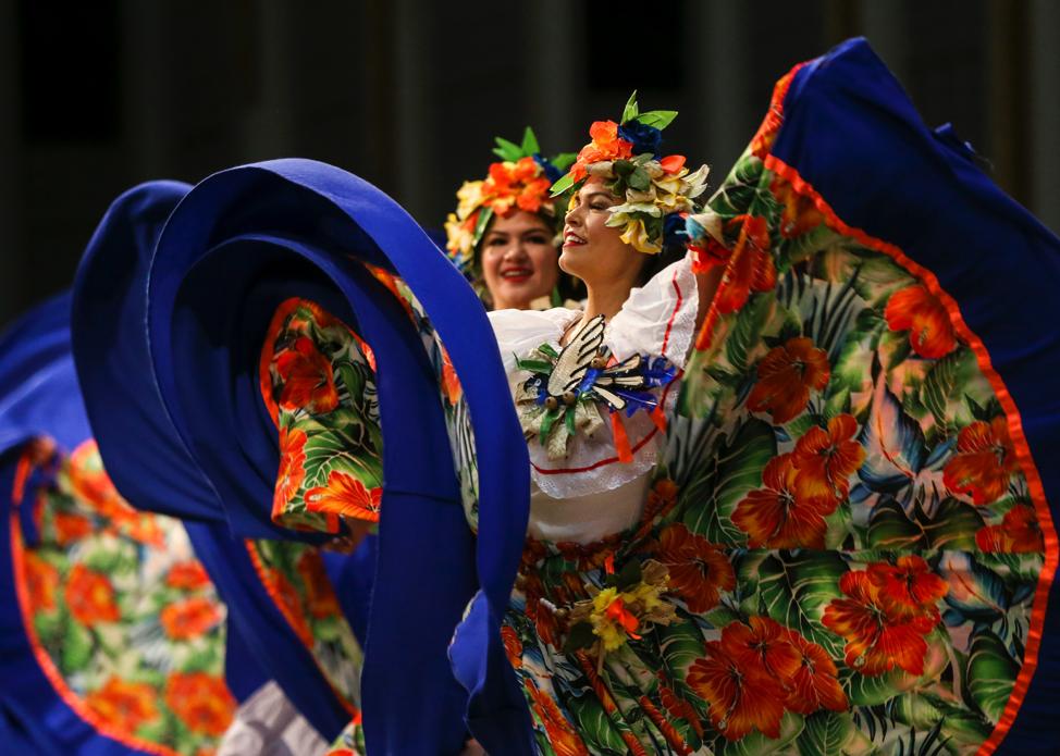 Dançarinos se apresentam durante o ensaio geral da dança brasileira Sinhá Pureza para a apresentação da Luz das Nações no Centro de Conferências em Salt Lake City no sábado, 26 de outubro de 2019.