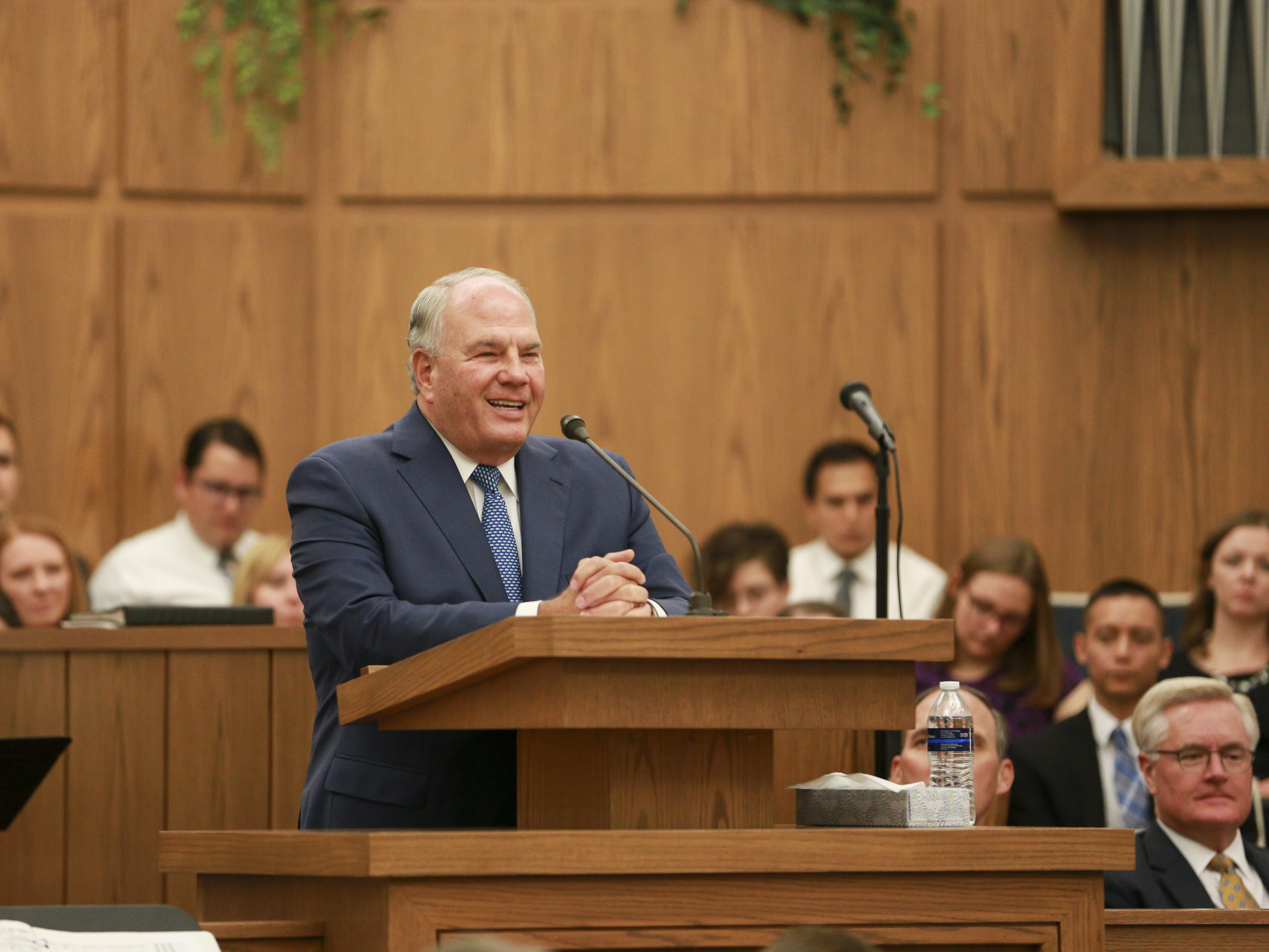 Élder Ronald A. Rasband fala num devocional no Instituto de Religião em Tempe Arizona no dia 20 de outubro.