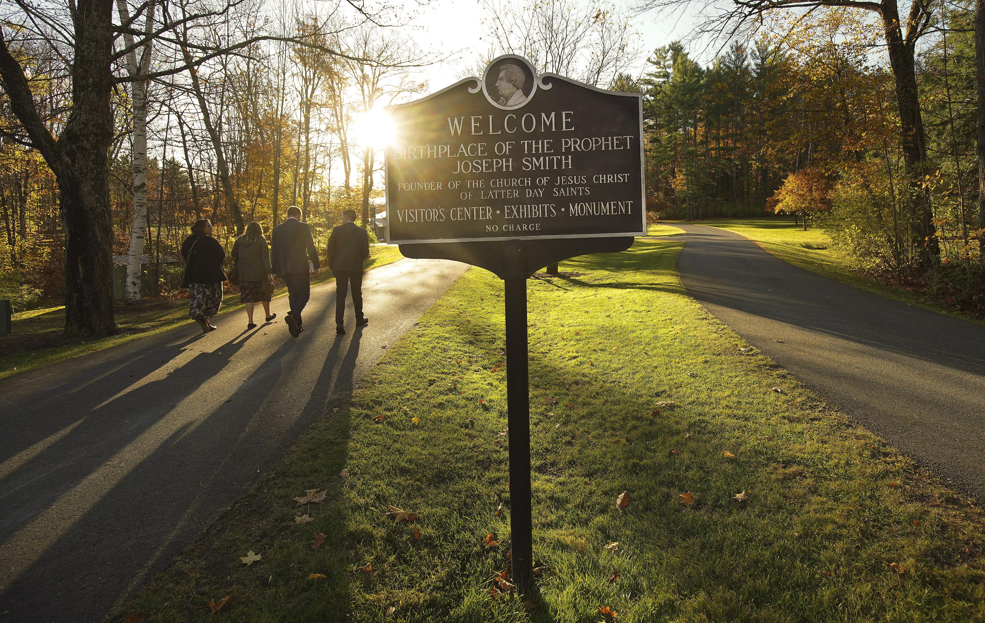 Missionários andam para reunião no Memorial do Local de Nascimento de Joseph Smith em Sharon, Vermont, no sábado, dia 19 de outubro, 2019.