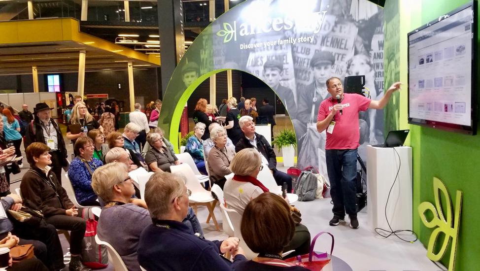 Um apresentador do Ancestry lidera uma apresentação em grupo durante a RootsTech Londres na quinta-feira, 24 de outubro de 2019, no salão de exposições London Excel.
