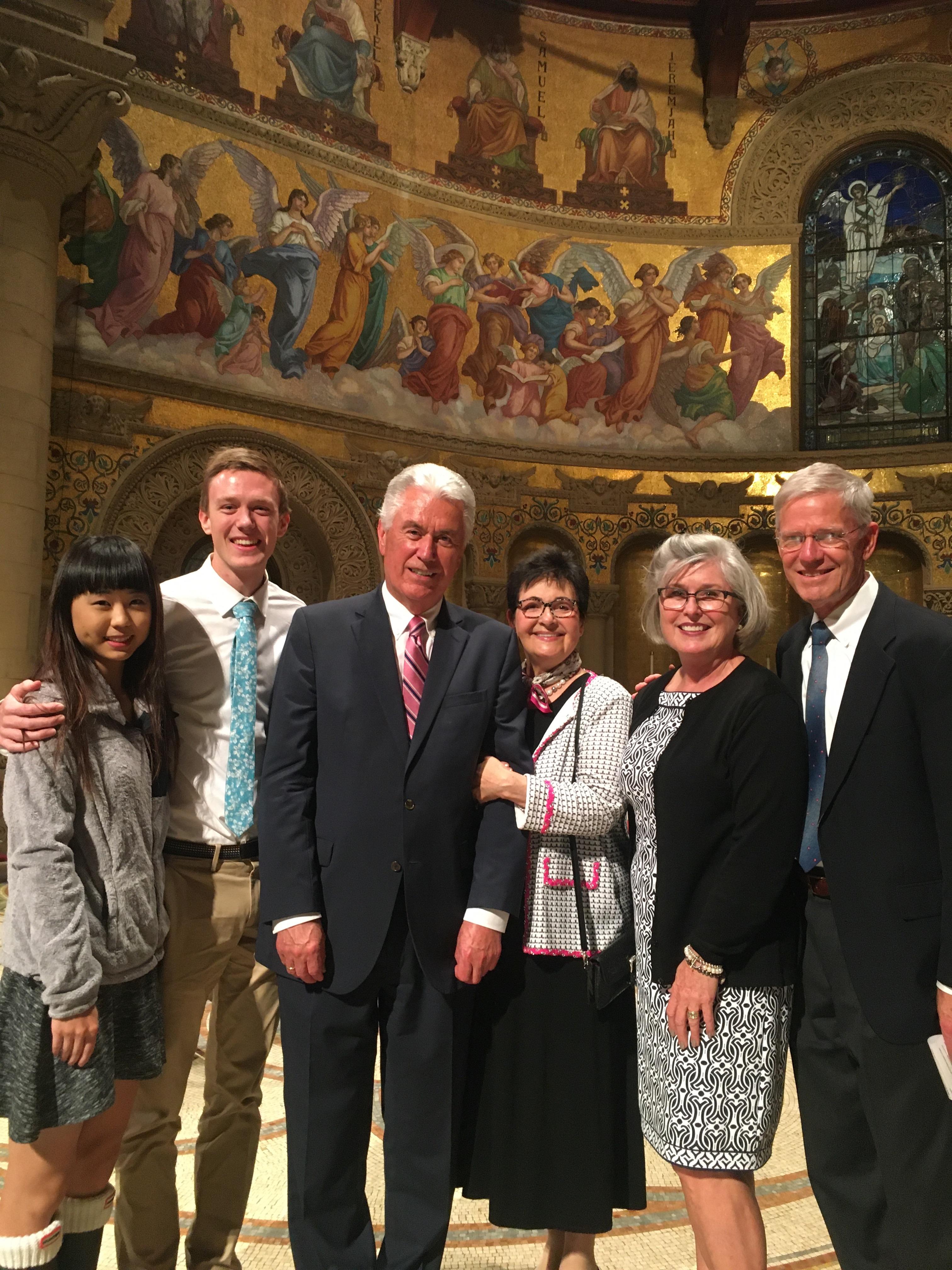 Da esquerda: Kimmy Welch, Nicholas Welch, élder Dieter F. Uchtdorf, irmã Harriet Uchtdorf, Deanne Welch e James Welch posam para uma foto após devocional para jovens adultos na Igreja Memorial de Stanford, no dia 27 de outubro.