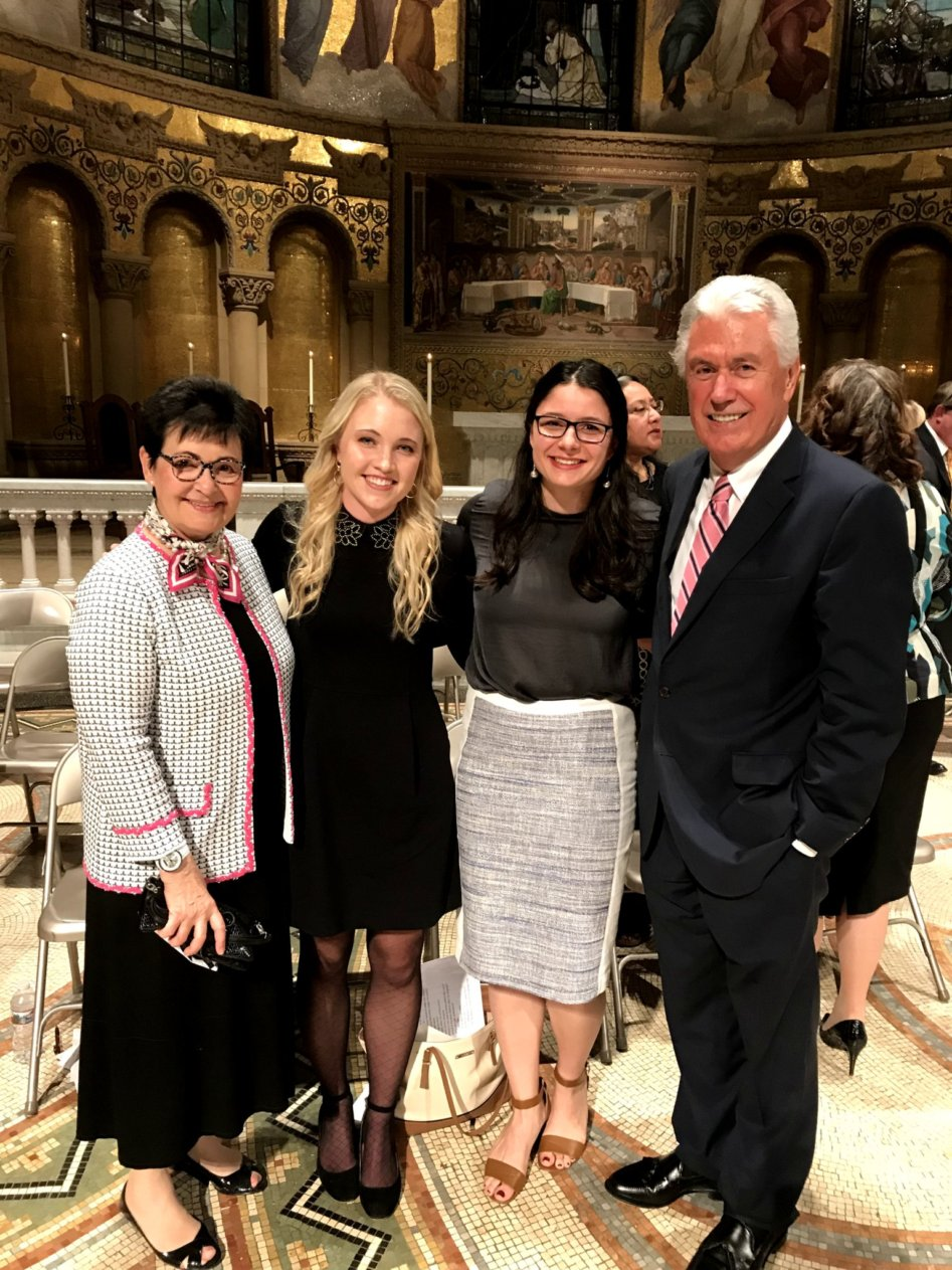Da esquerda: irmã Harriet Uchtdorf, Margaret Ivory, Alejandra Aldridge e élder Dieter F. Uchtdorf posam para uma foto após devocional para jovens adultos na Igreja Memorial de Stanford, no dia 27 de outubro.