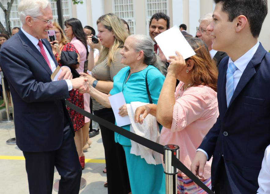 Élder D. Todd Christofferson e irmã Kathy Christofferson apertam mão de irmã Santo dos Últimos Dias após rededicação do Templo de Assunção Paraguai, no dia 3 de novembro, 2019.