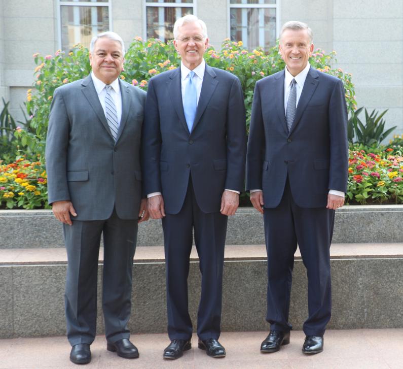 Élder D. Todd Christofferson, ao centro, foi acompanhado na rededicação do Templo de Assunção Paraguai do dia 3 de novembro, 2019, por élder Benjamin De Hoyos, à esquerda, e élder Kevin R. Duncan.
