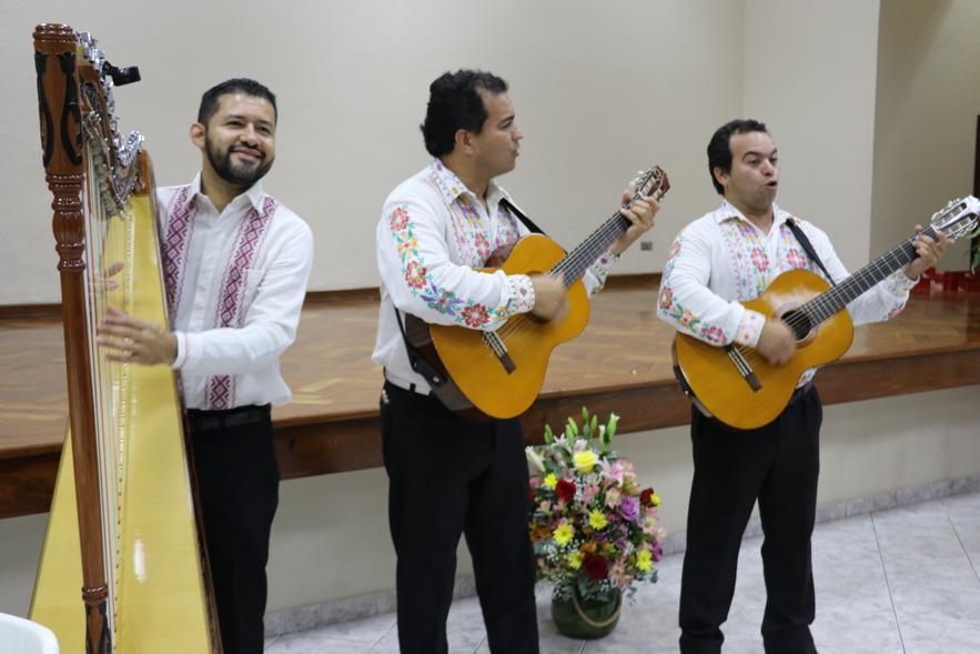 Músicos da tribo Guarani entreterem líderes da Igreja na noite de 3 de novembro, 2019, na rededicação do Templo de Assunção Paraguai.