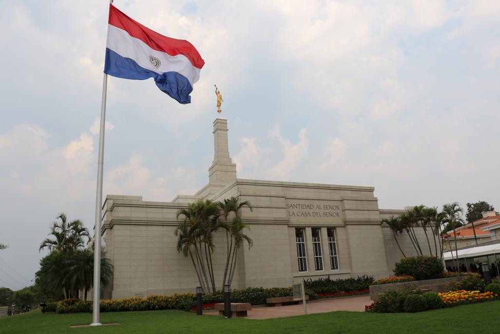 Originalmente dedicado em 2002 pelo presidente Gordon B. Hinckley, o Templo de Assunção Paraguai foi rededicado no dia 3 de novembro, 2019, pelo élder D. Todd Christofferson.