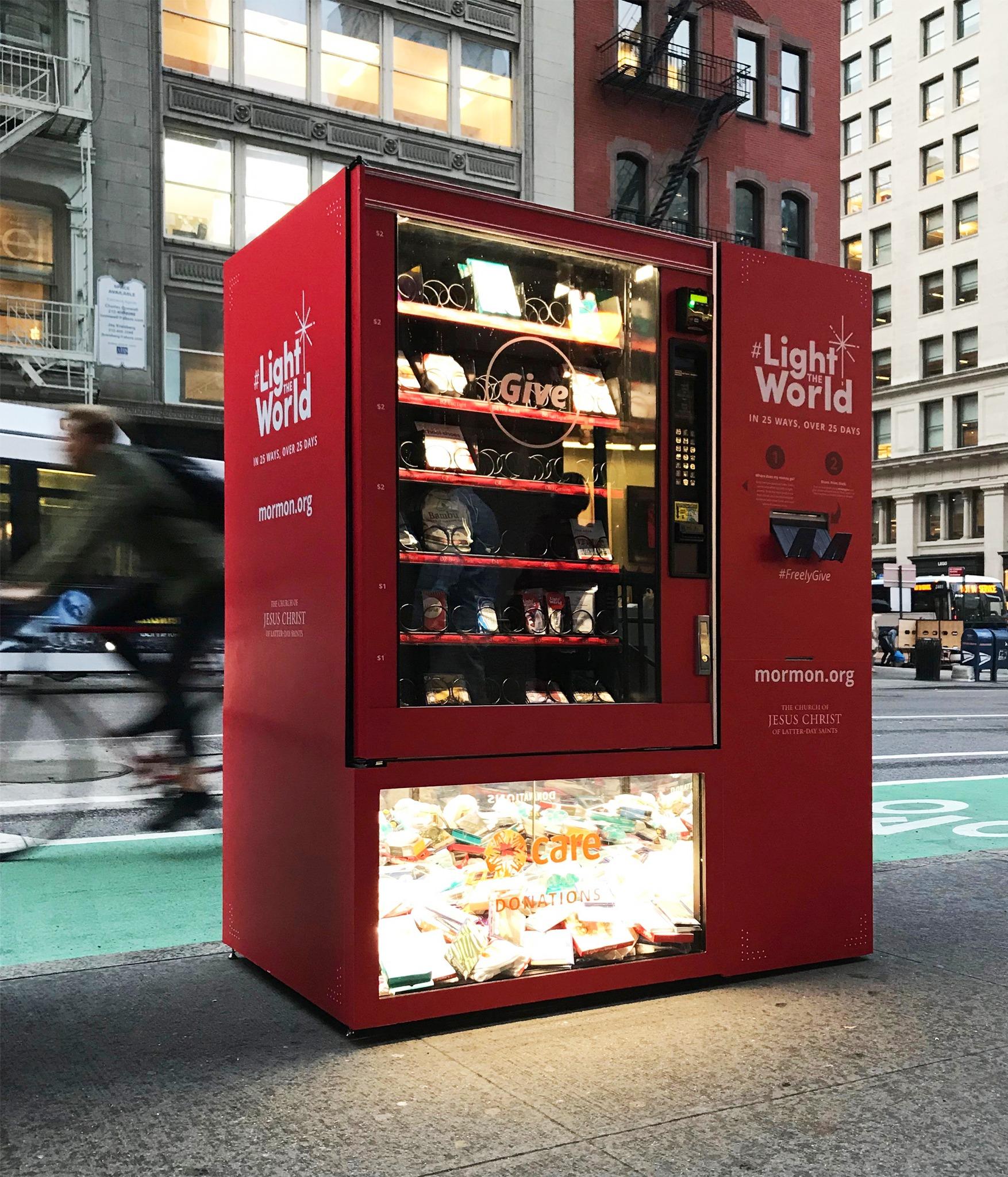 Uma máquina de doação é colocada em uma rua da cidade de Nova York. A máquina é uma maneira de fazer doações aos necessitados durante a época de Natal.