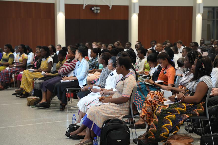 Missionários no CTM de Gana em Acra. O élder Neil L. Andersen e o élder Ulisses Soares viajaram por toda a Área Oeste da África de 19 a 28 de maio de 2018.