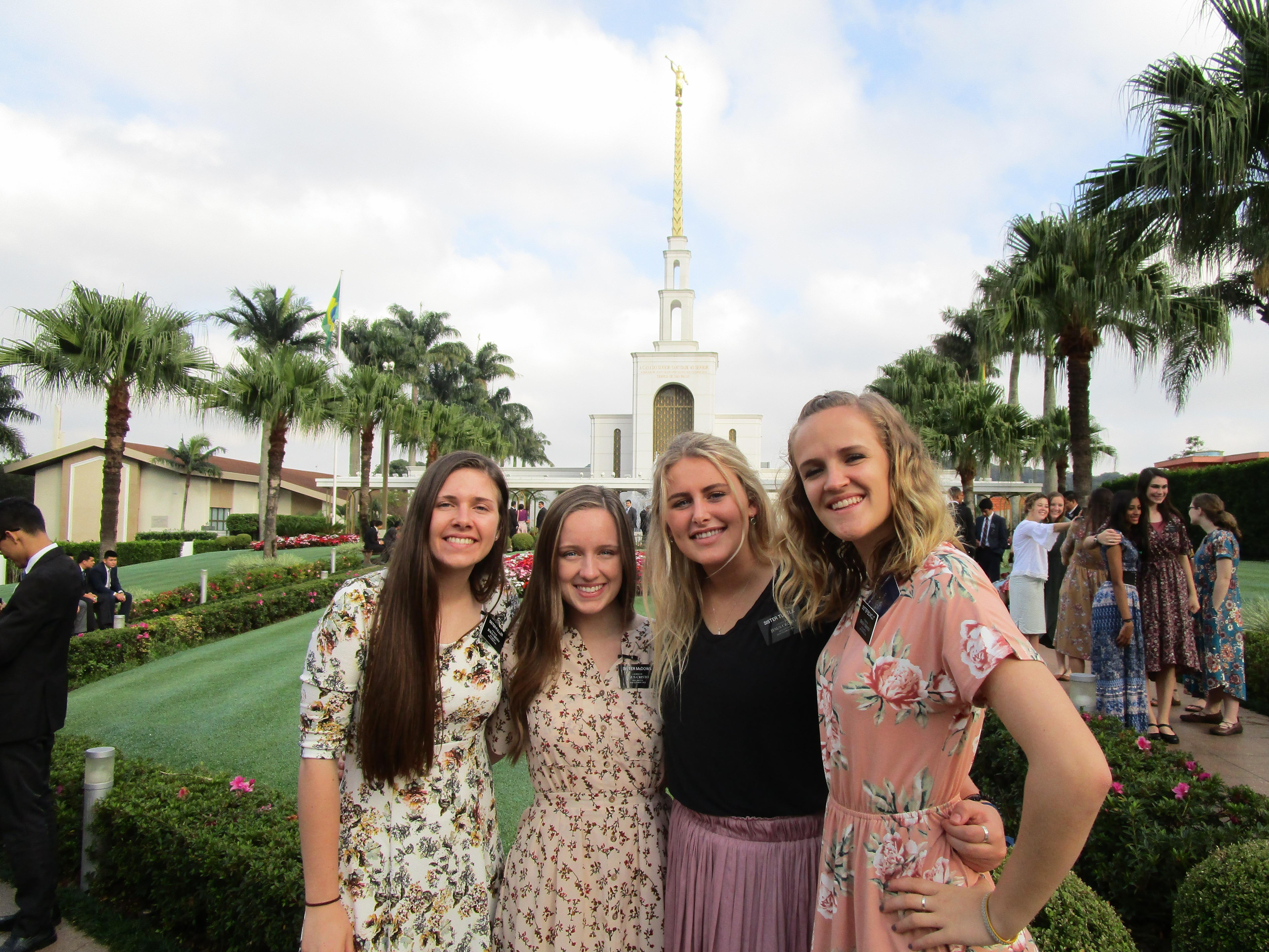 Monique McDown com sísteres missionárias do lado de fora do Templo de São Paulo.
