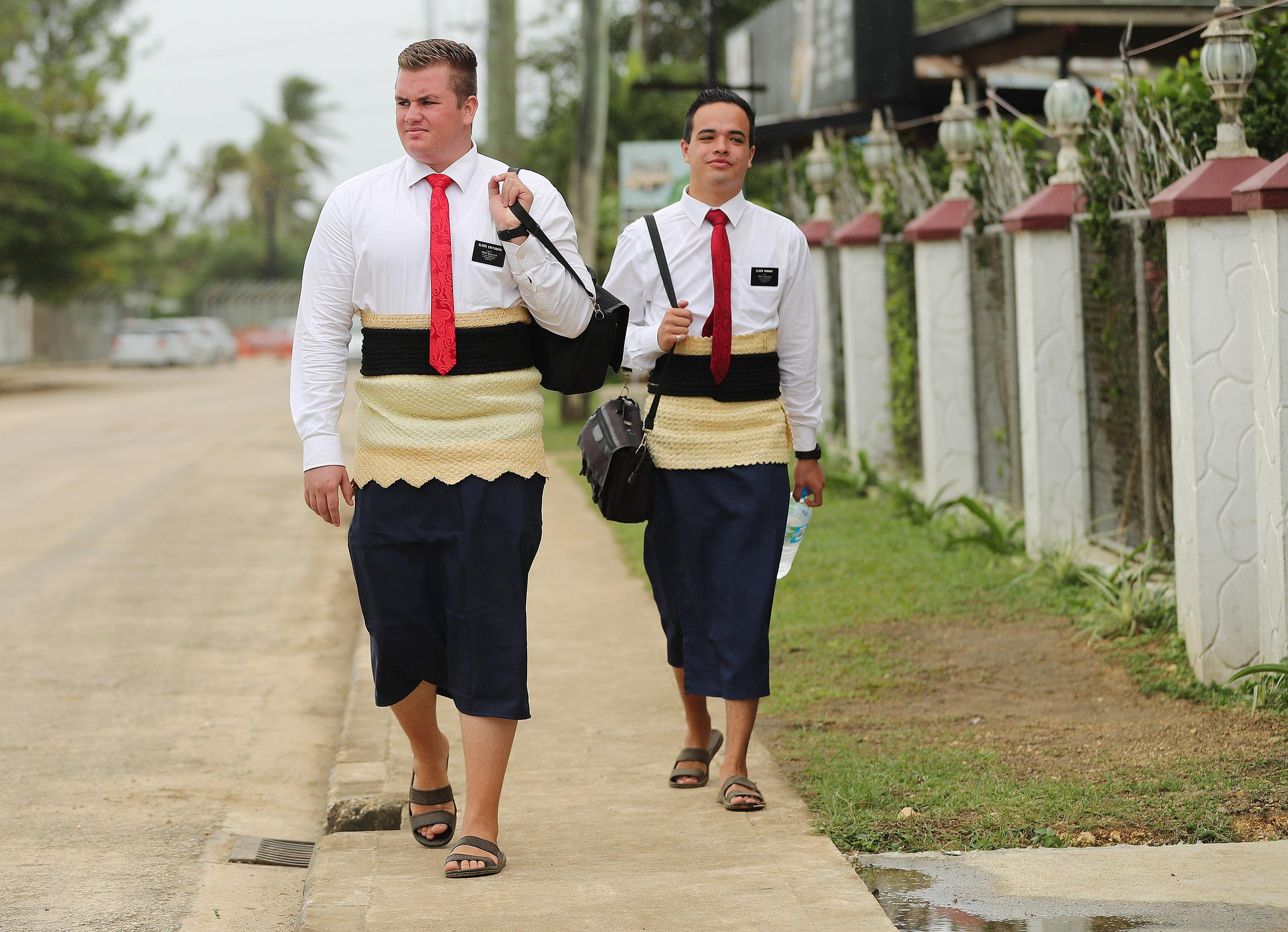 Os élderes Jason Andersen e Chet Norman fazem o trabalho missionário em Tonga, em 22 de maio de 2019.