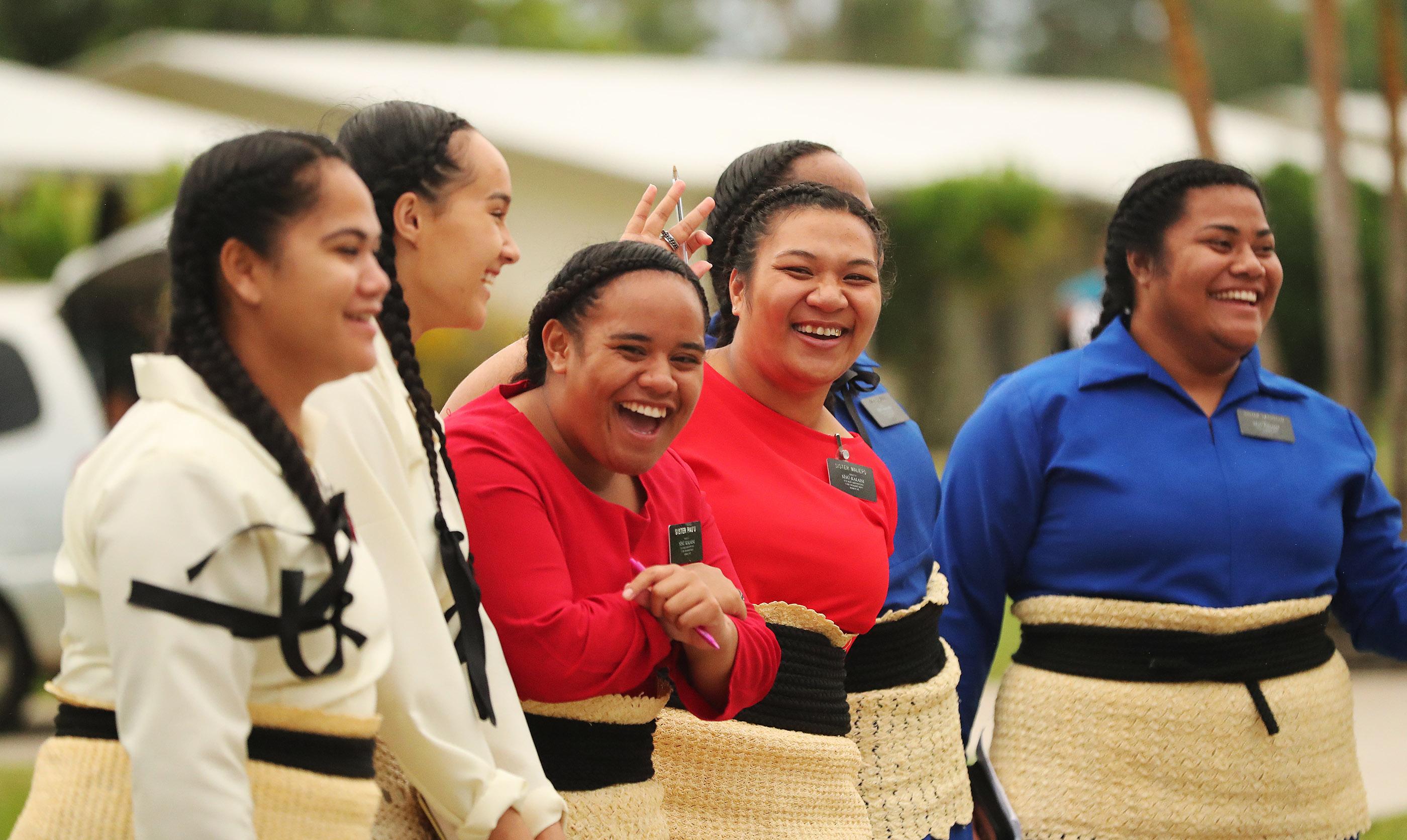 Os missionários esperam pelo presidente Russell M. Nelson, de A Igreja de Jesus Cristo dos Santos dos Últimos Dias, antes de um devocional em Tonga, em 23 de maio de 2019.