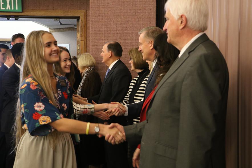 Missionários apertam mãos de Autoridades Gerais da Igreja visitando antes de um devocional com élder Quentin L. Cook, do Quórum dos Doze Apóstolos, no sábado, dia 16 de novembro 2019, em Baton Rouge, Louisiana.