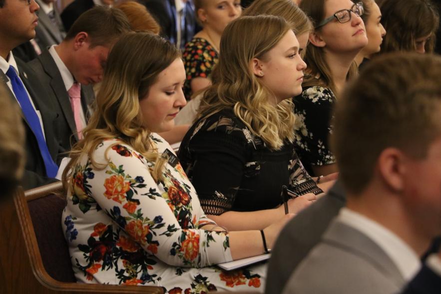 Missionários servindo na Missão Louisiana Baton Rouge fazem anotações durante um devocional com élder Quentin L. Cook, do Quórum dos Doze Apóstolos, no sábado, dia 16 de novembro 2019, em Baton Rouge, Louisiana.