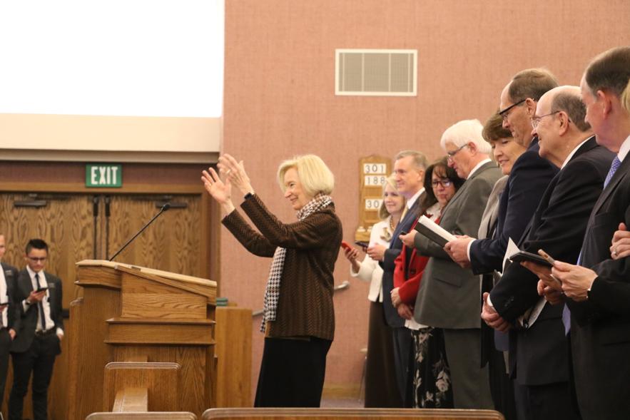 Irmã Mary Cook, esposa do élder Quentin L. Cook, rege missionários servindo na Missão Louisiana Baton Rouge ao cantarem um hino durante um devocional com élder Quentin L. Cook, do Quórum dos Doze Apóstolos, no sábado, dia 16 de novembro 2019, em Baton Rouge, Louisiana.