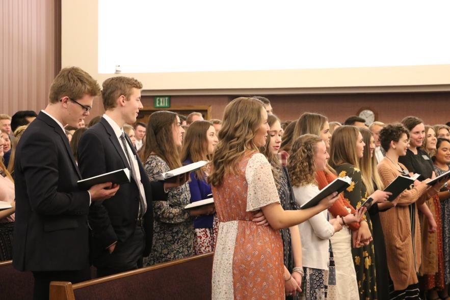 Missionários servindo na Missão Louisiana Baton Rouge levantam-se e cantam sob a direção da irmã Mary Cook durante um devocional com élder Quentin L. Cook, do Quórum dos Doze Apóstolos, no sábado, dia 16 de novembro 2019, em Baton Rouge, Louisiana.