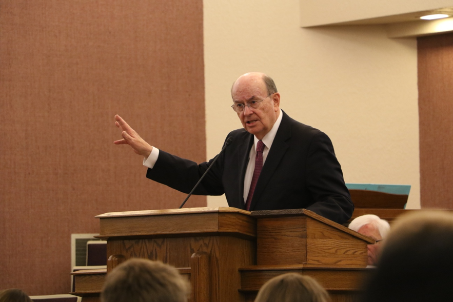 Élder Quentin L. Cook, do Quórum dos Doze Apóstolos, fala a missionários da Missão Louisiana Baton Rouge durante um devocional no sábado, dia 16 de novembro, 2019, em Baton Rouge, Louisiana.
