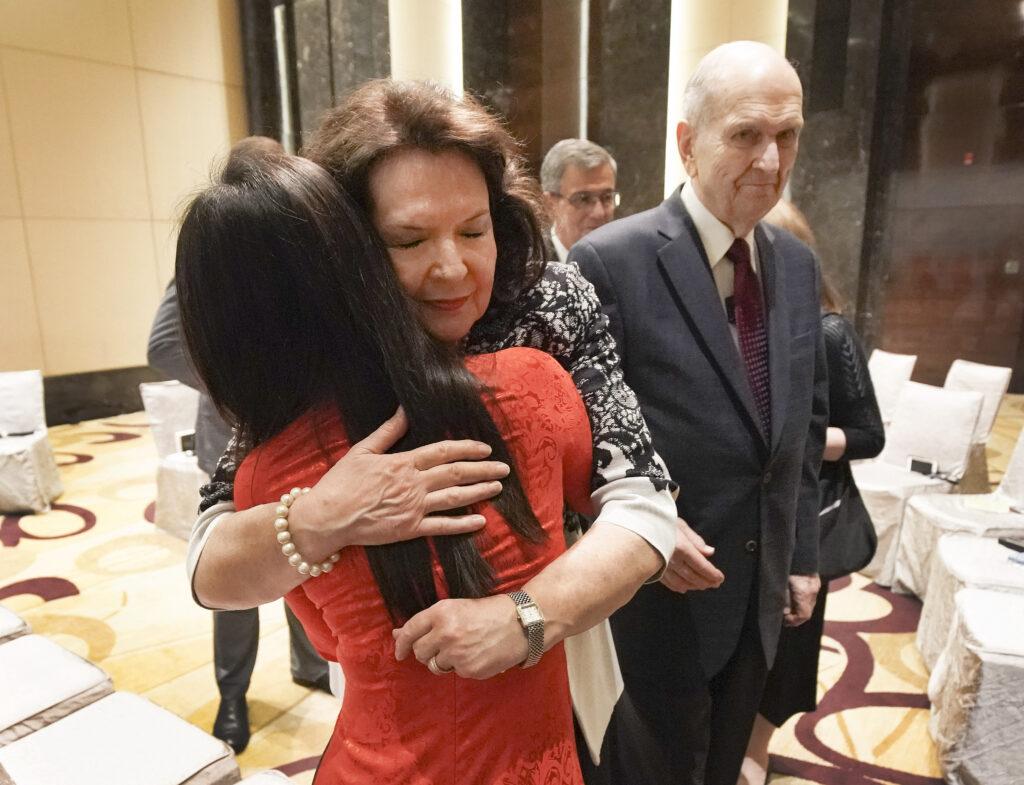 Irmã Wendy Nelson abraça Nguyet Minh Nguyen quando presidente Russell M. Nelson, de A Igreja de Jesus Cristo dos Santos dos Últimos Dias, e ela encontram com jovens em Hanói, Vietnã, no domingo, dia 17 de novembro, 2019.