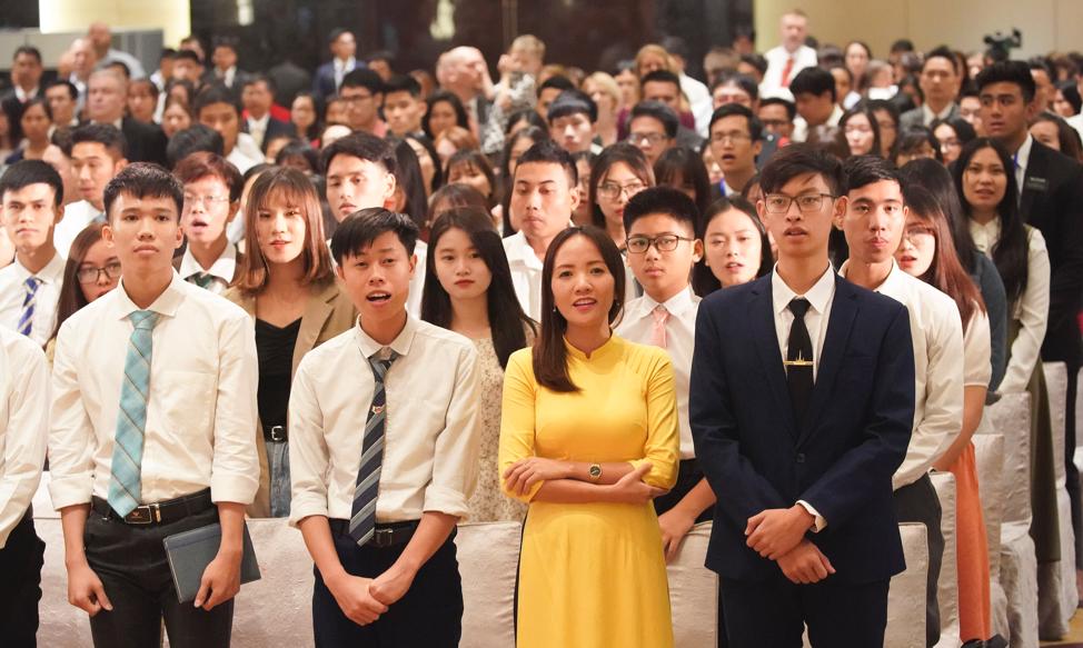 Congregação canta para presidente Russell M. Nelson, de A Igreja de Jesus Cristo dos Santos dos Últimos Dias, após um devocional em Hanói, Vietnã, no domingo, dia 17 de novembro, 2019.
