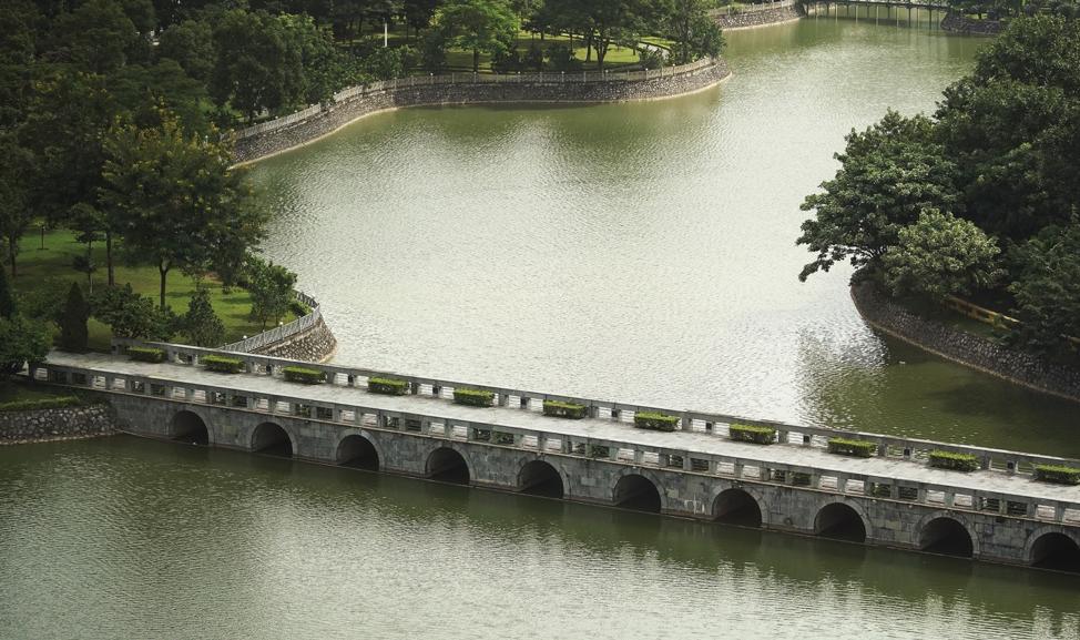 Uma ponte atravessa um lago em Hanói, Vietnã, no domingo, dia 17 de novembro, 2019.