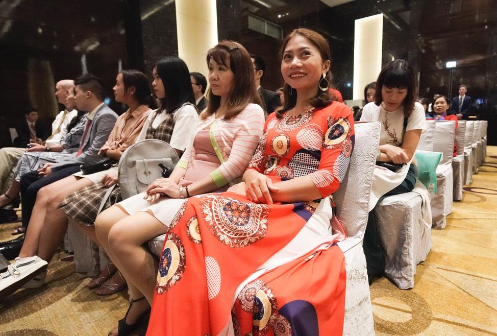 Nguyen Thi Hue esperam para ouvir presidente Russell M. Nelson, de A Igreja de Jesus Cristo dos Santos dos Últimos Dias, em Hanói, Vietnã, no domingo, dia 17 de novembro, 2019.