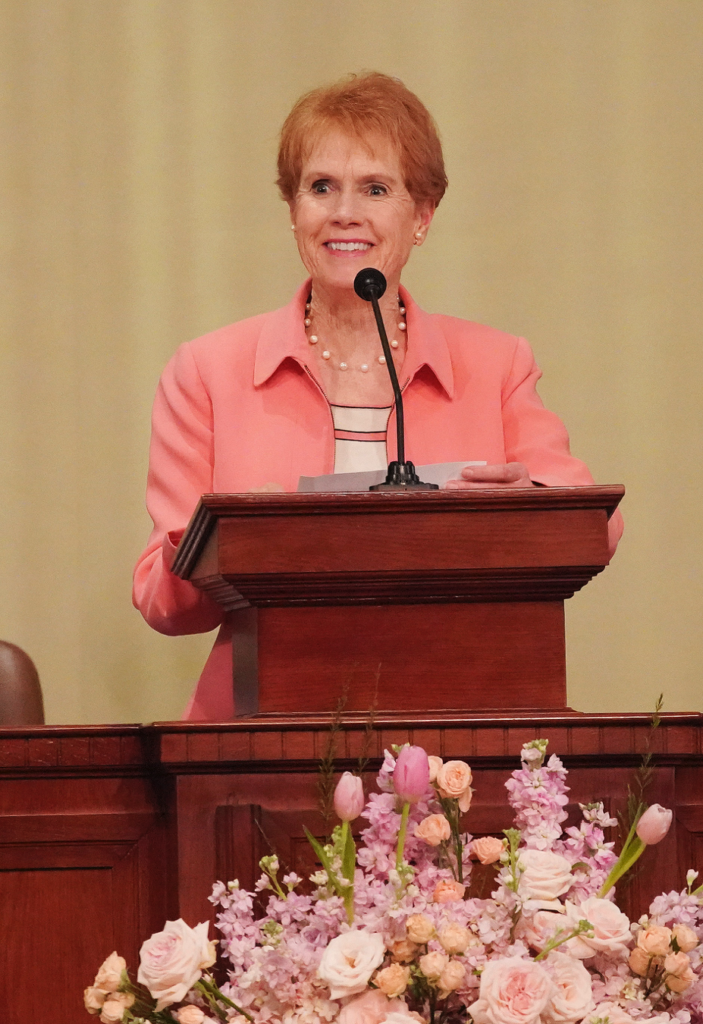 Irmã Kathy Christofferson fala em Hanói, Vietnã, no domingo, dia 17 de novembro, 2019.