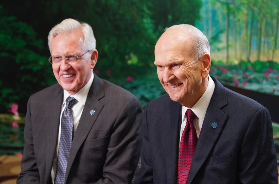 Presidente Russell M. Nelson, de A Igreja de Jesus Cristo dos Santos dos Últimos Dias, e élder D. Todd Christofferson do Quórum dos Doze Apóstolos de A Igreja de Jesus Cristo dos Santos dos Últimos Dias, riem durante uma entrevista com a mídia em Hanói, Vietnã, no domingo, dia 17 de novembro, 2019.