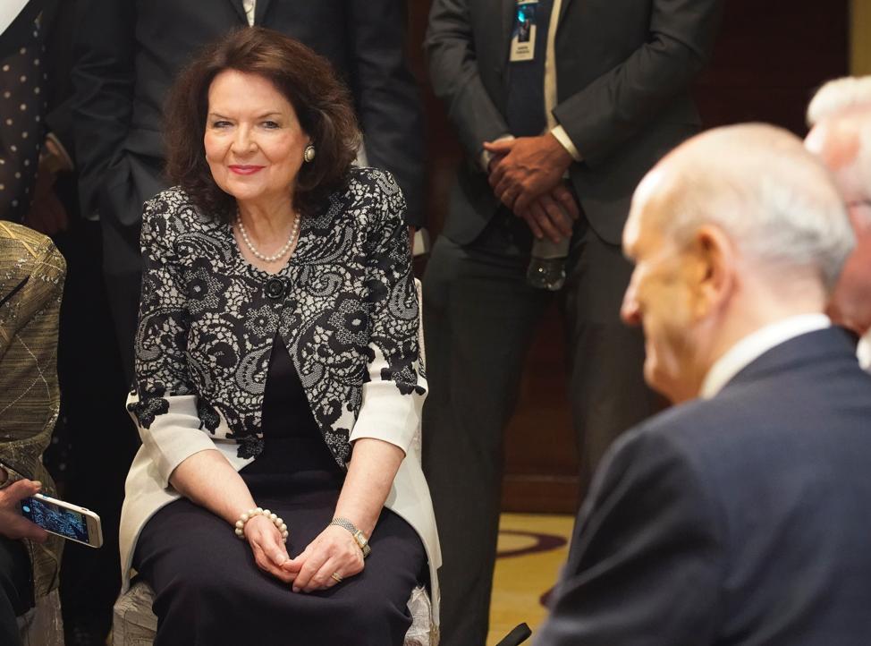 Irmã Wendy Nelson escuta durante uma entrevista do seu marido, presidente Russell M. Nelson, de A Igreja de Jesus Cristo dos Santos dos Últimos Dias, em Hanói, Vietnã, no domingo, dia 17 de novembro, 2019.