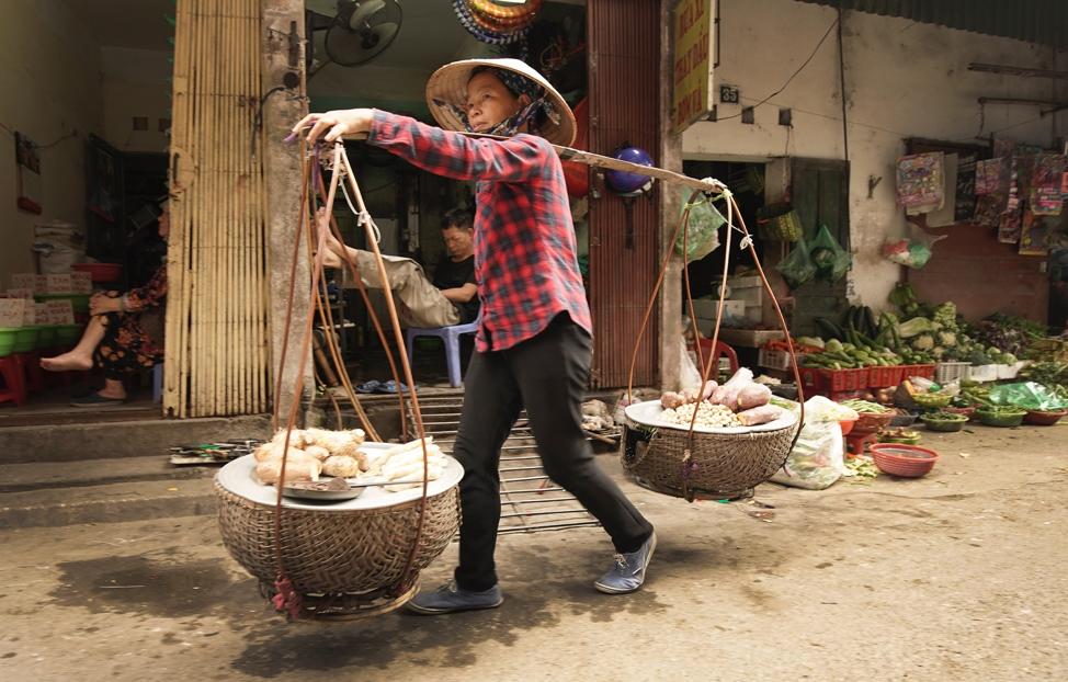 Uma mulher vende produtos em Hanói, Vietnã, no sábado, dia 16 de novembro, 2019.