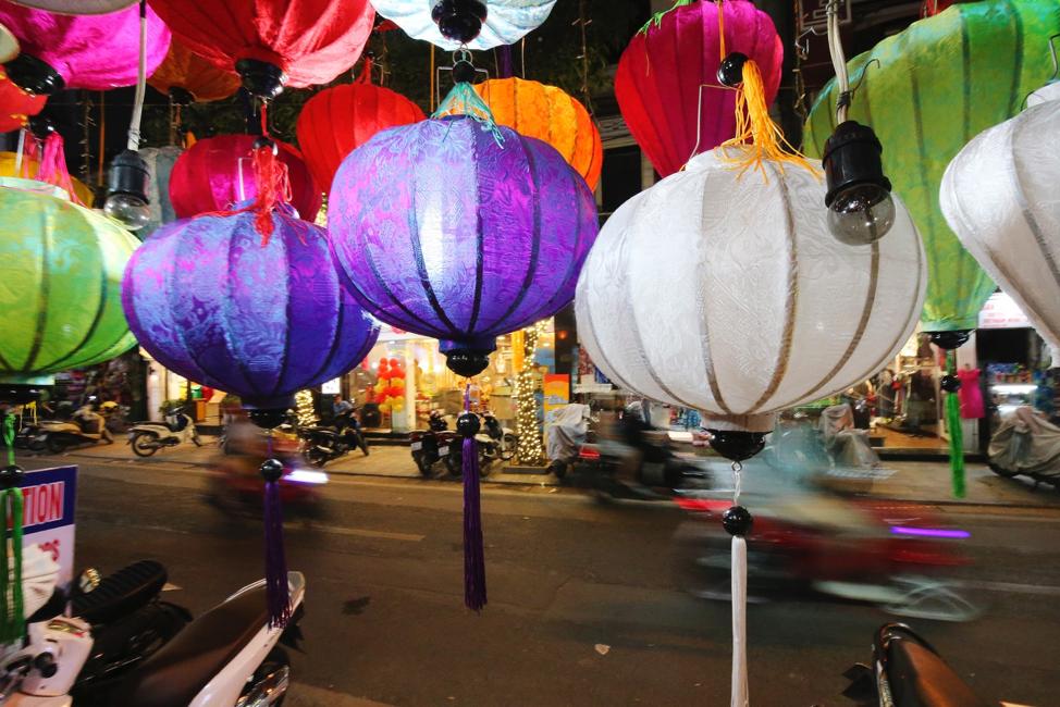 Motoristas viajam em Hanói, Vietnã, no dia 23 de abril, 2018.