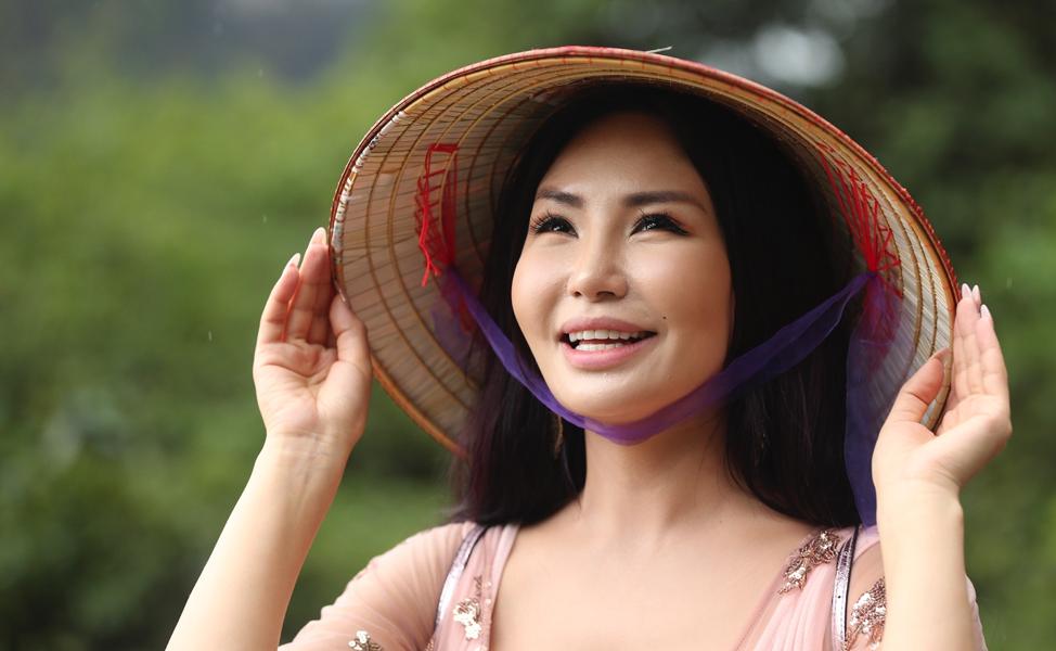 Uma mulher olha a vista em Ha Long Bay no Vietnã, no dia 23 de abril, 2018.