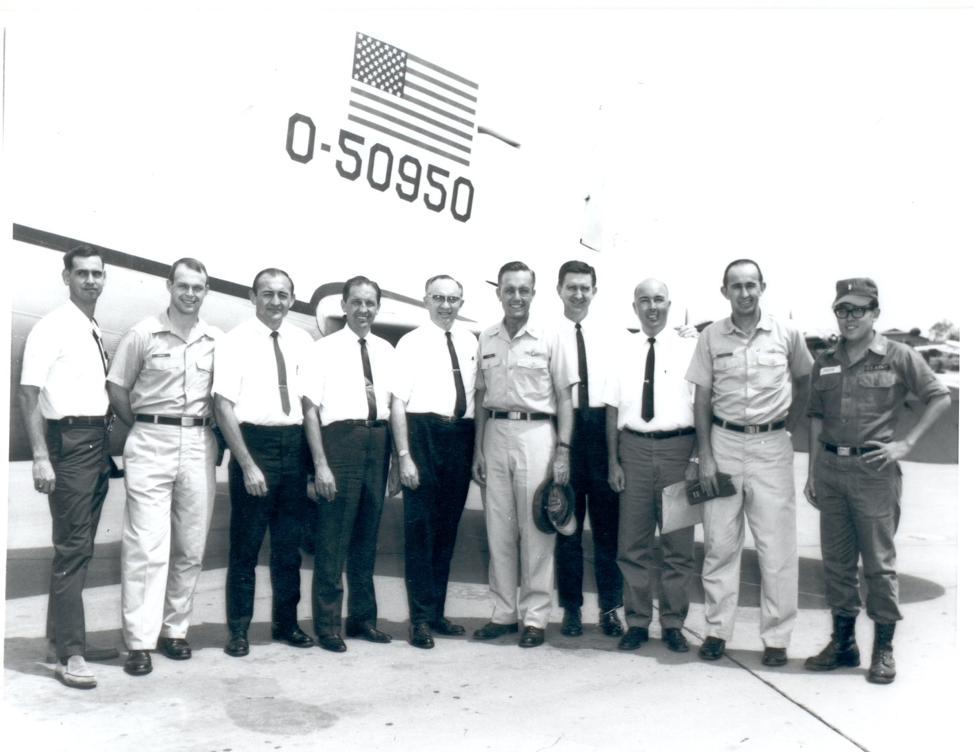 O então-élder Gordon B. Hinckley visita o Vietnã em 1966.