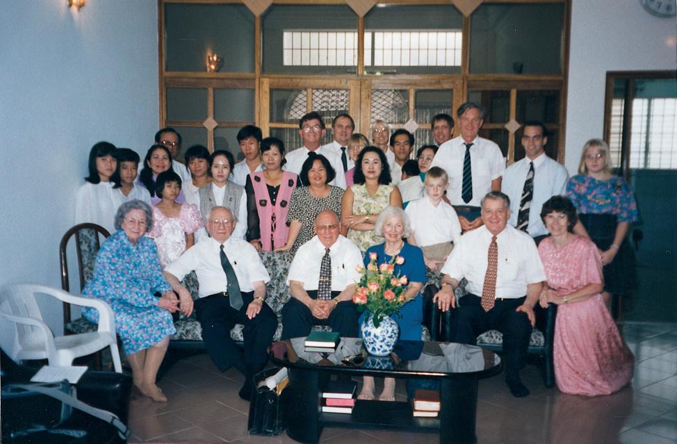 Presidente Gordon B. Hinckley e sua esposa, irmã Marjorie Pay Hinckley, visitam o Vietnã em 1996.