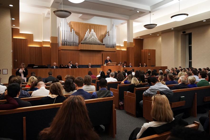 O presidente M. Russell Ballard, presidente interino do Quórum dos Doze Apóstolos de A Igreja de Jesus Cristo dos Santos dos Últimos Dias, fala durante um devocional para jovens adultos, adultos solteiros e jovens casais em Nova York no sábado, 16 de novembro de 2019.