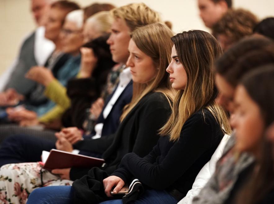 Giulia Rogue ouve o presidente M. Russell Ballard, presidente interino do Quórum dos Doze Apóstolos de A Igreja de Jesus Cristo dos Santos dos Últimos Dias durante um devocional para jovens adultos, adultos solteiros e jovens casais em Nova York no sábado, 16 de novembro de 2019.