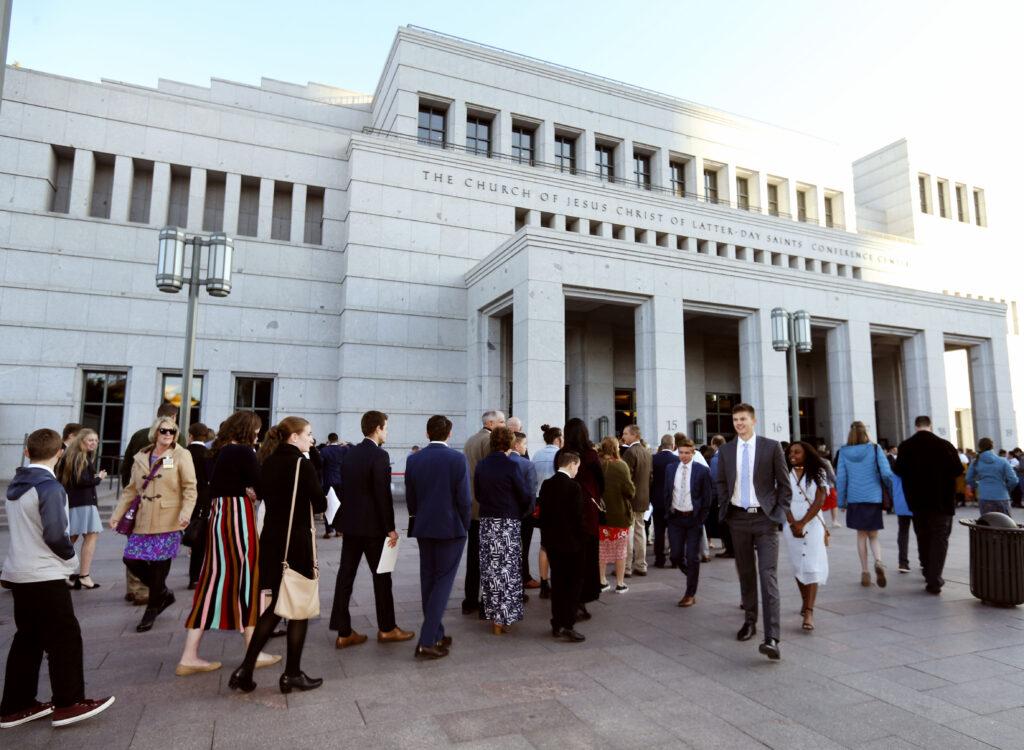 Pessoas entram no Centro de Conferência para a sessão da manhã de domingo da Conferência Geral Semianual de Nº 189 de A Igreja de Jesus Cristo dos Santos dos Últimos Dias em Salt Lake City, no domingo, dia 6 de outubro, 2019.