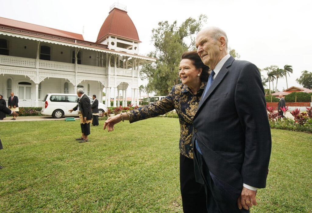 Presidente Russell M. Nelson, de A Igreja de Jesus Cristo dos Santos dos Últimos Dias, e sua esposa, irmã Wendy Nelson, andam pelo terreno após reunião com 'Aho'eitu Tupou VI, Rei de Tonga, no Palácio Real em Tonga no dia 23 de maio, 2019.