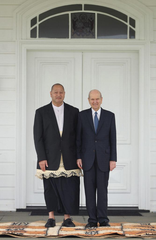 Presidente Russell M. Nelson, de A Igreja de Jesus Cristo dos Santos dos Últimos Dias, posa com 'Aho'eitu Tupou VI, Rei de Tonga, no Palácio Real em Tonga no dia 23 de maio, 2019.