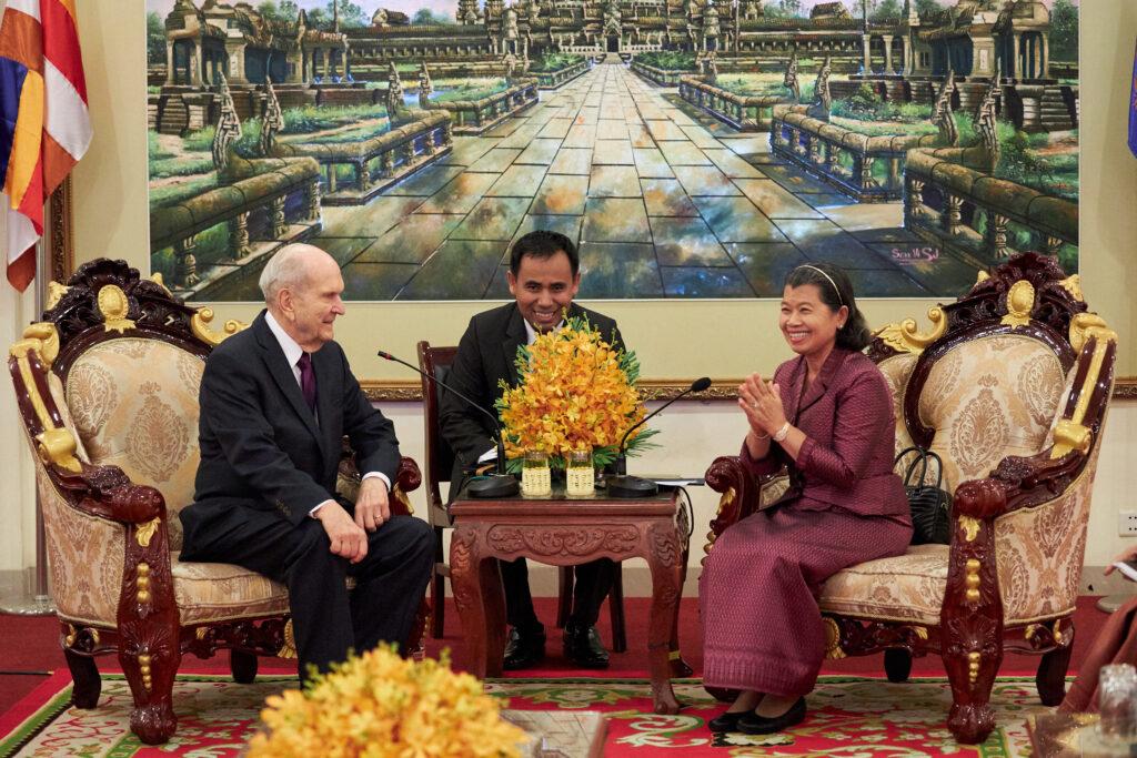 Vice Primeira Ministra Men Sam Na, à direita, encontra-se com presidente Russell M. Nelson, de A Igreja de Jesus Cristo dos Santos dos Últimos Dias, em Phnom Penh, Camboja, no dia 19 de novembro, 2019.
