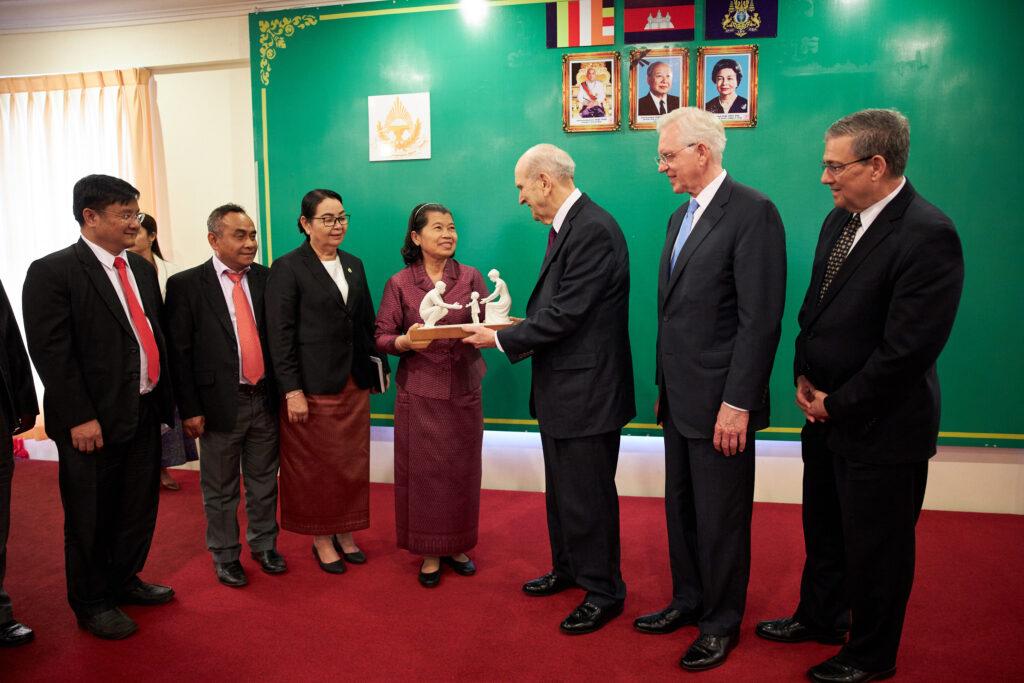 Vice Primeira Ministra Men Sam Na, ao centro, encontra-se com presidente Russell M. Nelson, de A Igreja de Jesus Cristo dos Santos dos Últimos Dias, em Phnom Penh, Camboja, no dia 19 de novembro, 2019.