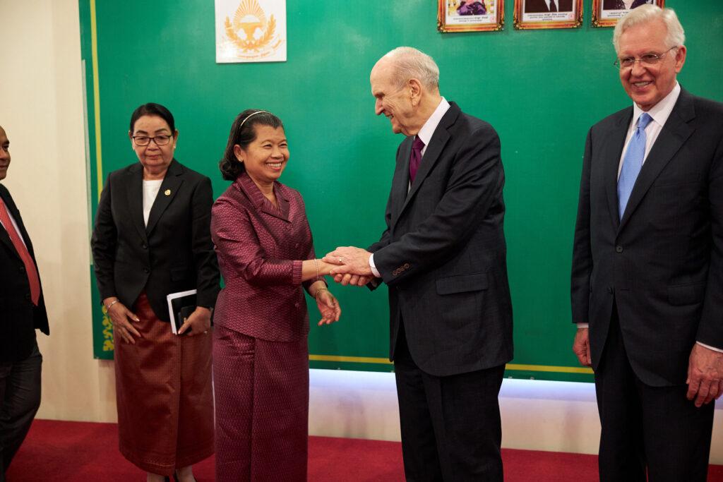 Vice Primeira Ministra Men Sam Na, à esquerda, encontra-se com presidente Russell M. Nelson, de A Igreja de Jesus Cristo dos Santos dos Últimos Dias, em Phnom Penh, Camboja, no dia 19 de novembro, 2019.