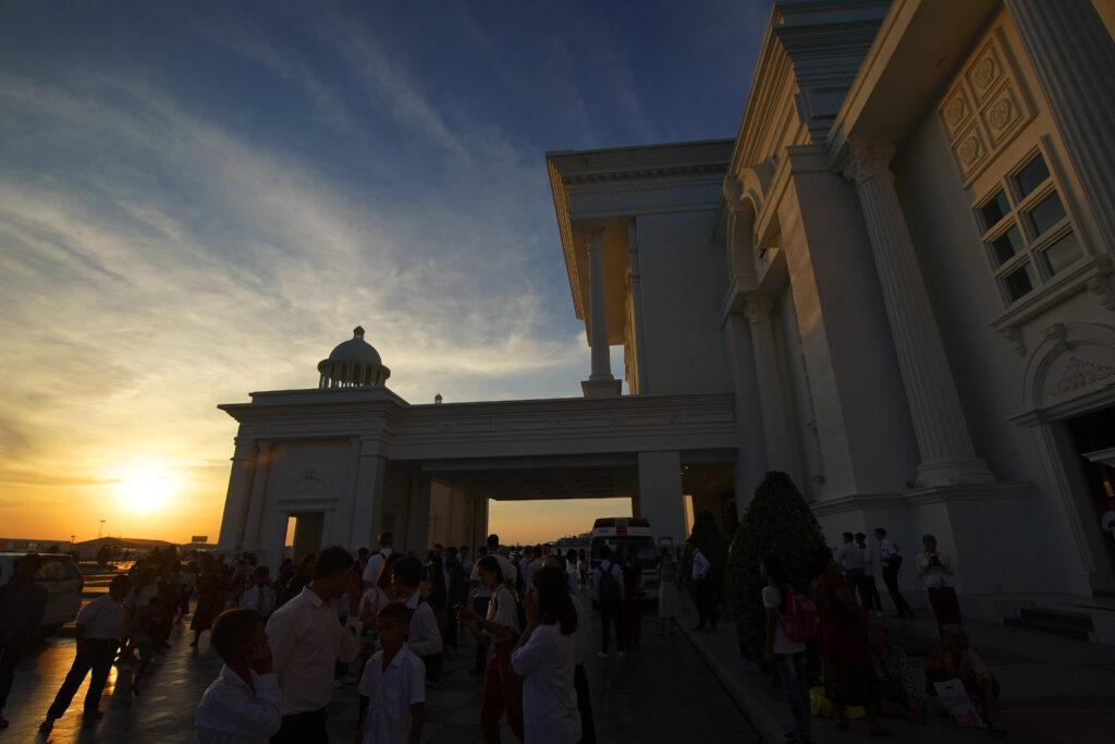 Congregação entra no Premier Centre Sen Sok para um devocional de A Igreja de Jesus Cristo dos Santos dos Últimos Dias em Phnom Penh, Camboja, no dia 19 de novembro, 2019.