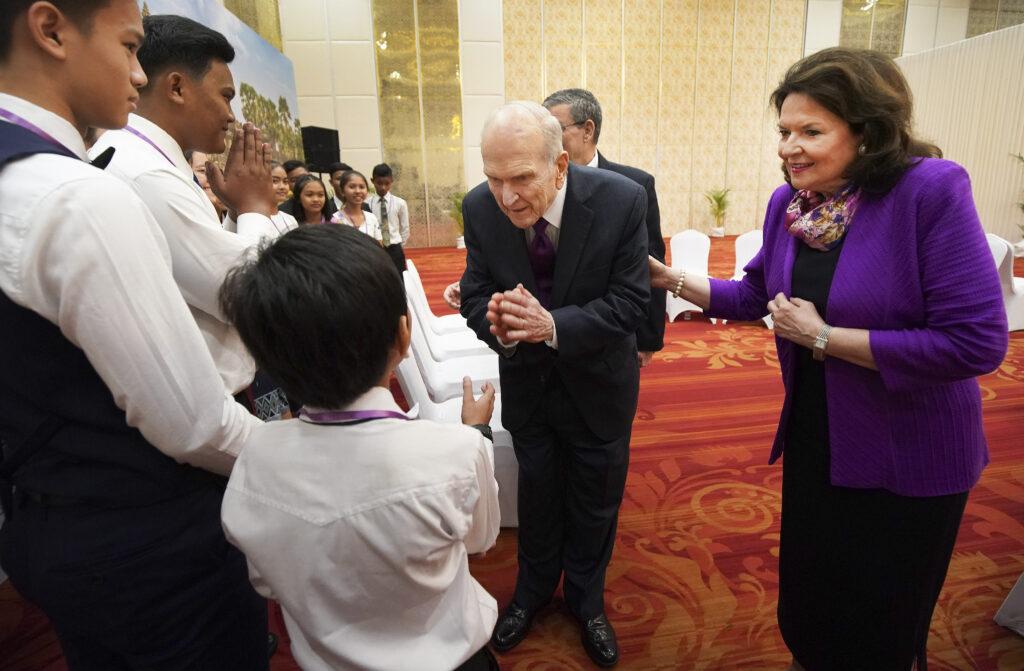 Presidente Russell M. Nelson, de A Igreja de Jesus Cristo dos Santos dos Últimos Dias, e sua esposa, irmã Wendy Nelson, encontram jovens em Phnom Penh, Camboja, no dia 19 de novembro, 2019.