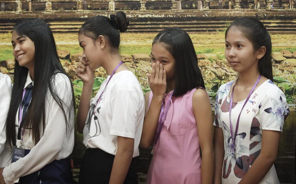 Jovens enxugam lágrimas após reunião com presidente Russell M. Nelson, de A Igreja de Jesus Cristo dos Santos dos Últimos Dias, em Phnom Penh, Camboja, no dia 19 de novembro, 2019.