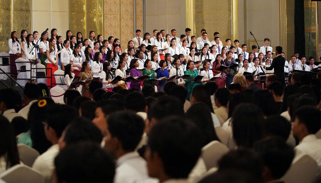 Membros de um coral cantam no início de um devocional com presidente Russell M. Nelson, de A Igreja de Jesus Cristo dos Santos dos Últimos Dias, em Phnom Penh, Camboja, na terça, dia 19 de novembro, 2019.